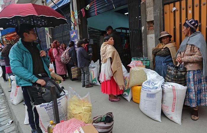 Bolivianos en cuarentena y otros incumpliendolo. Foto: EFE.