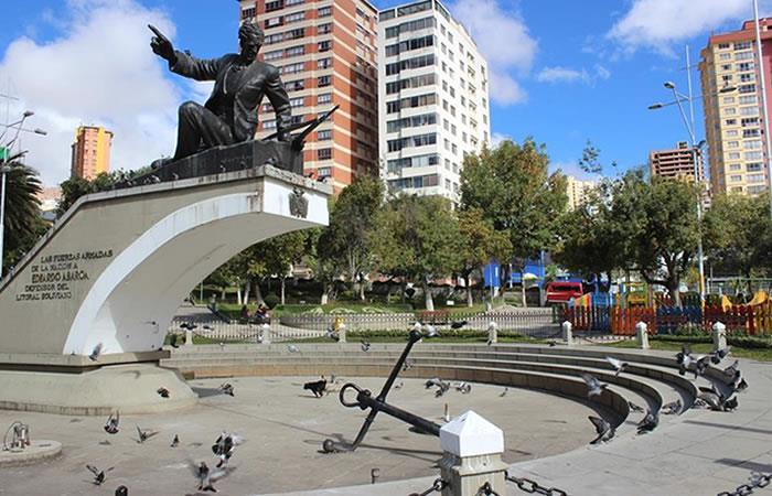 El monumento a Eduardo Abaroa, héroe boliviano en la guerra del Pacífico contra Chile, permaneció vacío este lunes en La Paz. Foto: EFE.