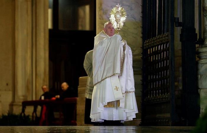 Papa da bendición al mundo, tras la emergencia sanitaria por el COVID-19. Foto: EFE