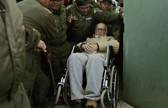 Exministro de Gobierno de Bolivia Luis Arce Gómez mientras es conducido a su celda en la cárcel de alta seguridad de Chonchocoro. Foto: EFE
