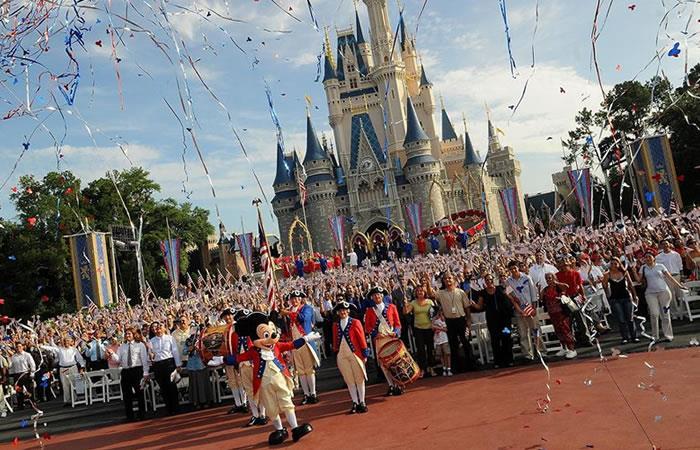Los parques de Disney anunciaron su decisión de cerrar todas sus instalaciones en California y Florida, además del que tiene la empresa en París (Francia). Foto: EFE