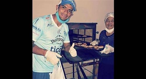 El futbolista Gabriel Ríos lleva pan hecho por su abuela a familias necesitadas