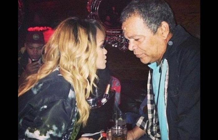 Rihanna compartiendo con su padre. Foto: Instagram