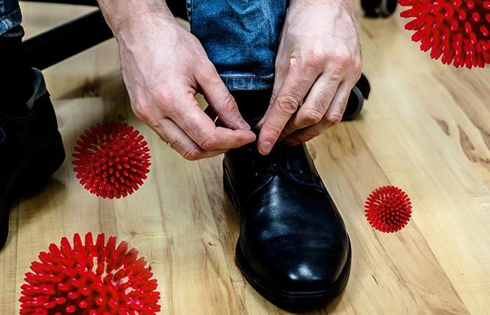 Desinfectar los zapatos es necesario para evita el contagio. Foto: Shutterstock