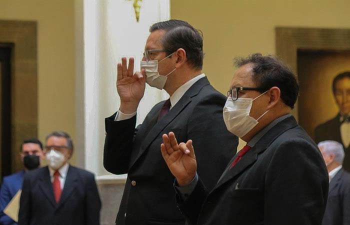 Óscar Ortiz (i) nuevo ministro de Desarrollo Productivo, junto al nuevo ministro de Minería Fernando Vásquez (d). Foto: EFE