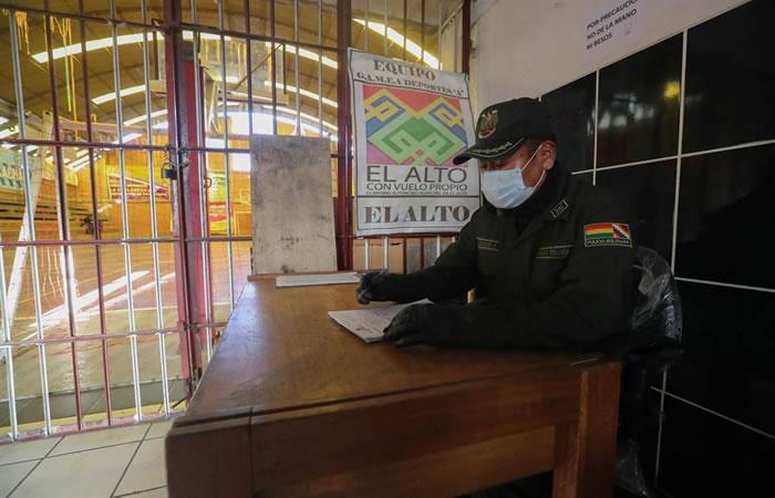 Acceso a un coliseo deportivo habilitado como centro de detención en El Alto. Foto: EFE