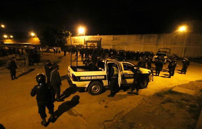 Policías montan guardia este lunes en la cárcel de Palmasola, donde se presentó un motín, en Santa Cruz. Foto: EFE