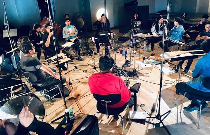 Los músicos de la Orquesta Experimental de Instrumentos Nativos ensayan durante su confinamiento en Alemania. Foto: EFE.