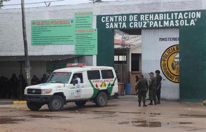 Una ambulancia sale de la cárcel de Palmasola, en Santa Cruz. Foto: EFE
