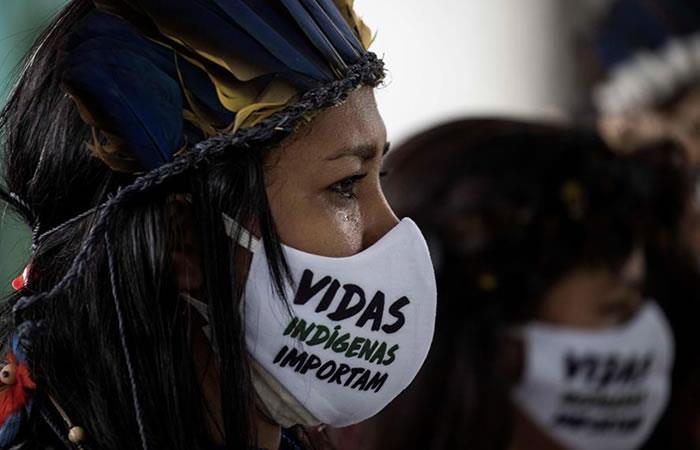 """Indígena que usa tapabocas con la inscripción """"vidas indígenas importan"""". Foto: EFE"""