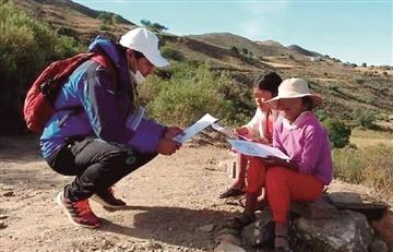 Profesor boliviano camina durante horas para poder enseñar