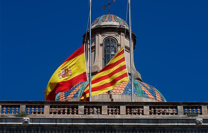Las banderas a media asta se izaron en honor a os fallecidos. Foto: EFE