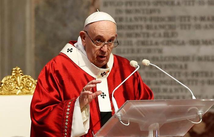 El papa Francisco durante su homilía en la misa de Pentecostés celebrada en la basílica de San Pedro. Foto: EFE