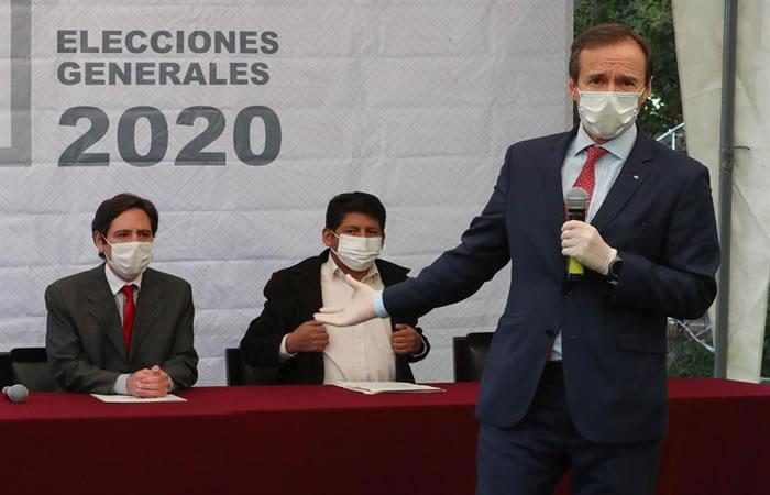 """Jorge """"Tuto"""" Quiroga (i) candidato de la sigla Libre21, junto a miembros de las fuerzas políticas. Foto: EFE"""
