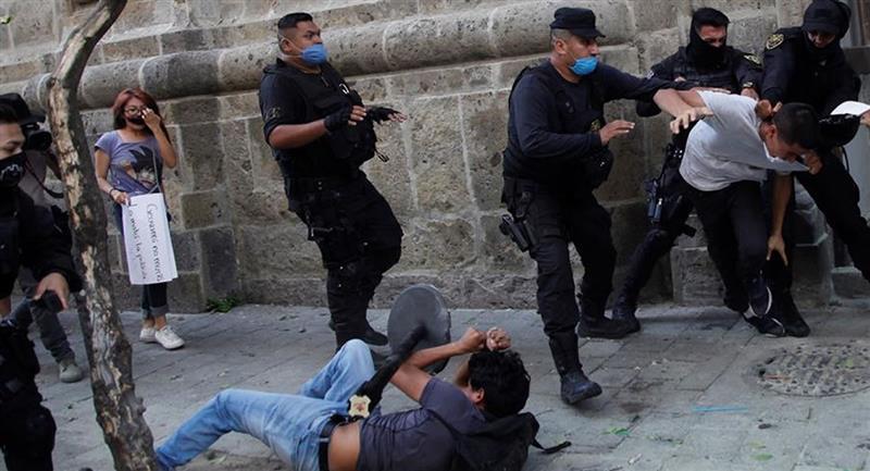 Repudio por el fallecimiento de un joven que había sido detenido por la Policía. Foto: EFE