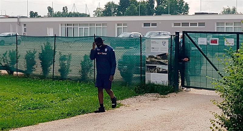Las imágenes de Balotelli siendo rechazado en la entrada de la sede de Brescia recorren el mundo. Foto: EFE