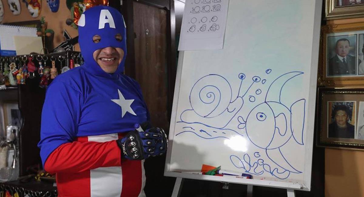 """Jorge Villarroel, alias """"Doctor profe"""", quien con la máscara y el atuendo del superhéroe, da su clase virtual de artes plásticas a través de internet. Foto: EFE"""
