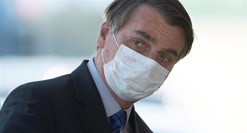 En caso de que Bolsonaro insista en presentarse en lugares públicos sin la mascarilla, deberá ser multado. Foto: EFE
