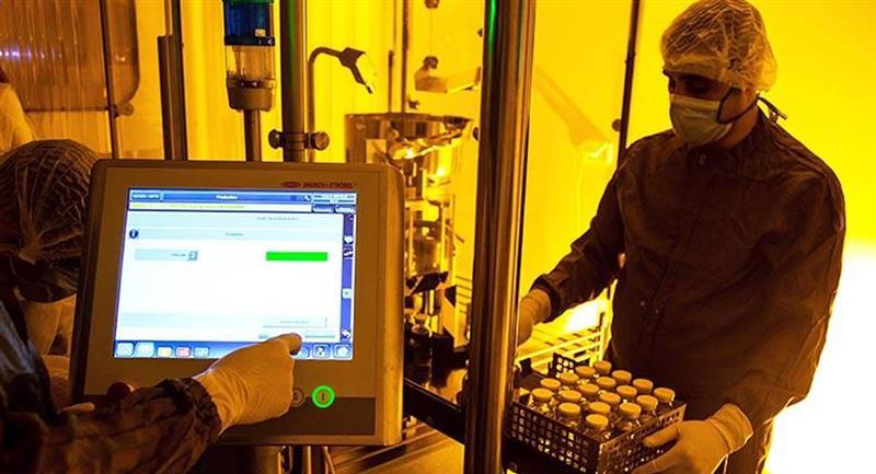 Empleado en los laboratorios de la compañía Eva Pharma, aliado de Gilead Sciences. Foto: EFE