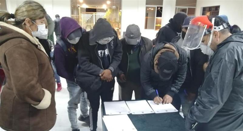 """Autoridades y """"autoconvocados"""" firmando el acuerdo. Foto: ABI"""