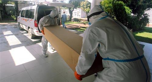 Ataúdes de cartón para enterrar a los más pobres en Santa Cruz