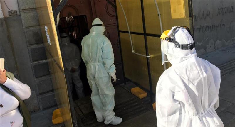 Personal médico durante un rastrillaje en la cárcel de San Pedro. Foto: ABI