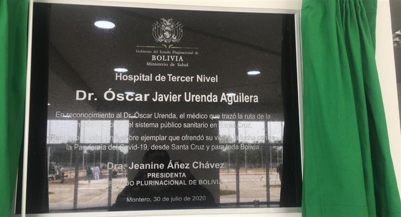 Jeanine Áñez develo la plaqueta del hospital