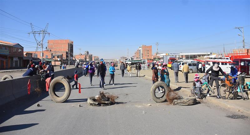Decenas de personas bloquean una carretera durante una protesta debido al nuevo aplazamiento de las elecciones bolivianas. Foto: EFE
