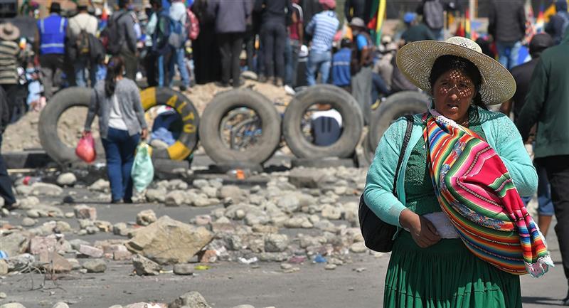 Manifestantes bloquean una carretera durante una protesta. Foto: EFE
