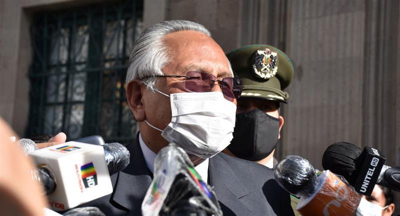 El ministro de Educación, Víctor Hugo Cárdenas, determinó la clausura del año escolar. Foto: ABI