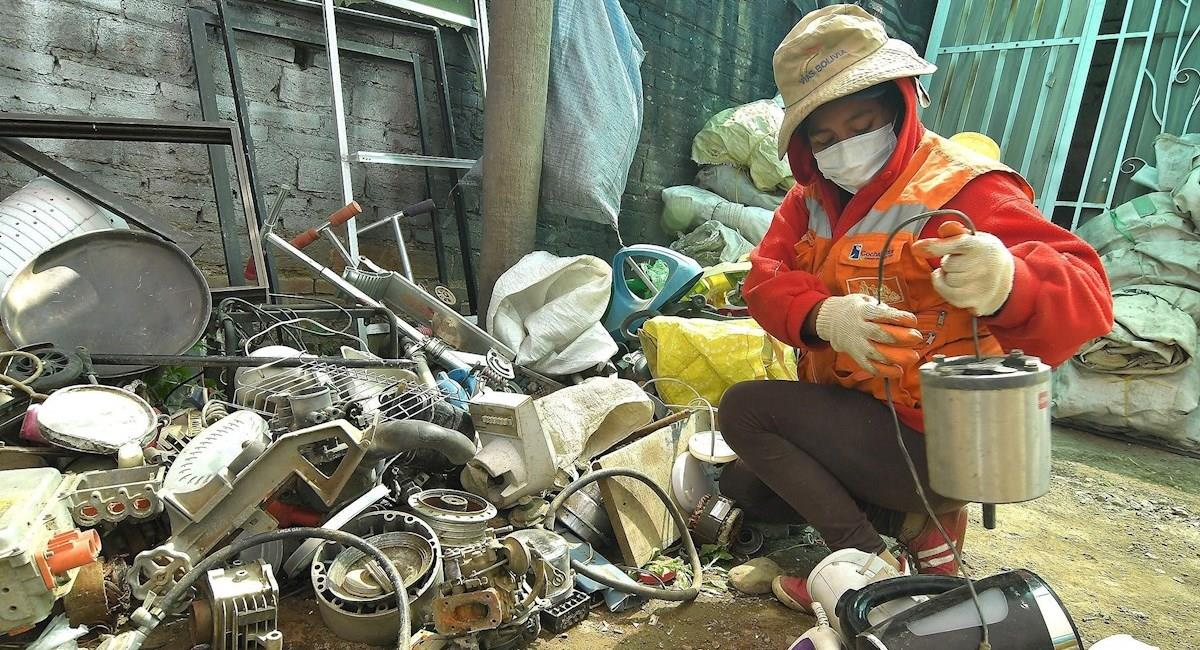 Un grupo de personas deben luchar contra el estigma social de trabajar buscando en la basura. Foto: EFE
