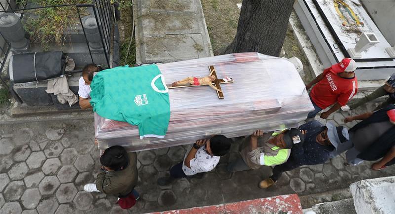 Familiares en el panteón de Tláhuac en la Ciudad de México. Foto: EFE