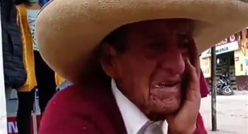 Anciano llora desconsolado porque es presionado por sus hijos para dejarles la herencia