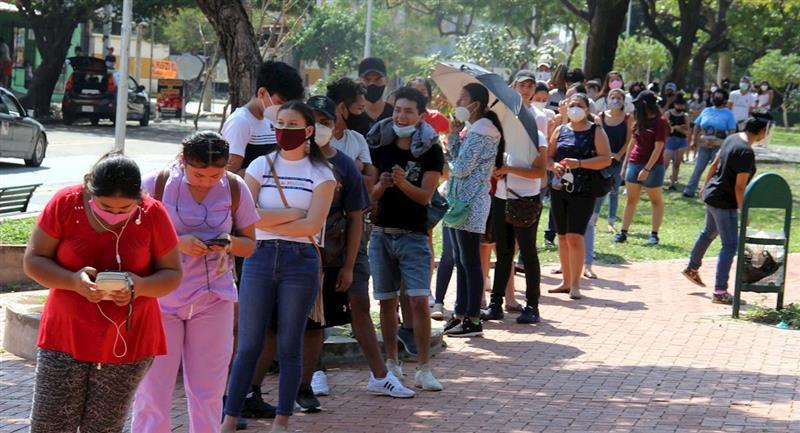 Largas filas se vieron el último día de empadronamiento. Foto: ABI