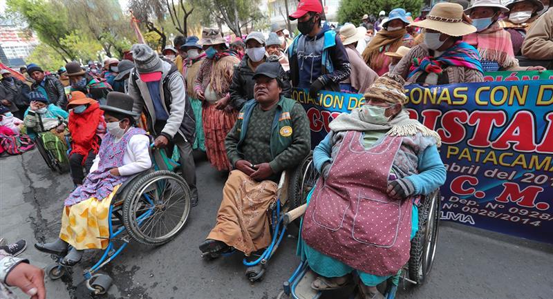 Representantes de personas con discapacidad realizan una protesta en La Paz. Foto: EFE