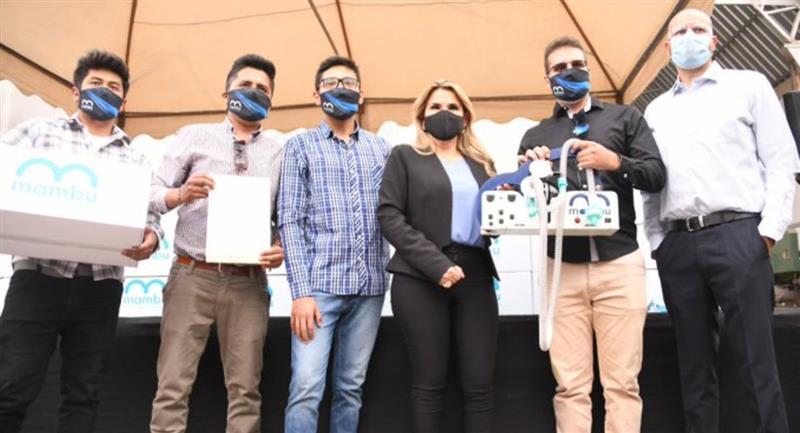 La presidenta Jeanine Áñez junto al equipo que diseñó el respirador. Foto: ABI