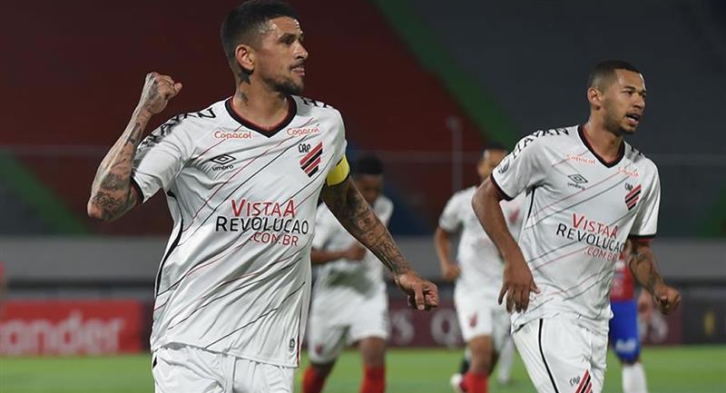 El jugador Lucho González (i) del Paranaense festeja el gol del empate 1-1 ante el Wilstermann boliviano. Foto: EFE