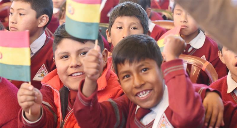 Casi 2 millones de estudiantes recibirán el bono Juancito Pinto. Foto: ABI