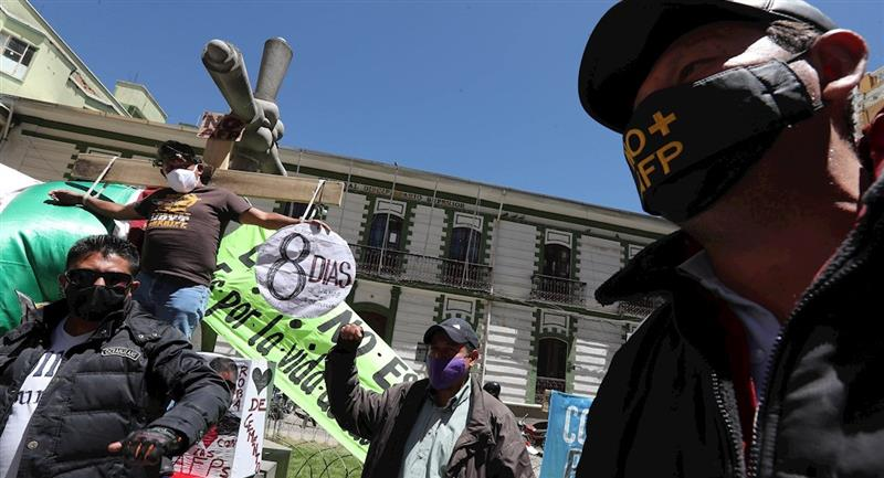 Un grupo de personas mantienen protestas frente al Ejecutivo y Legislativo. Foto: EFE