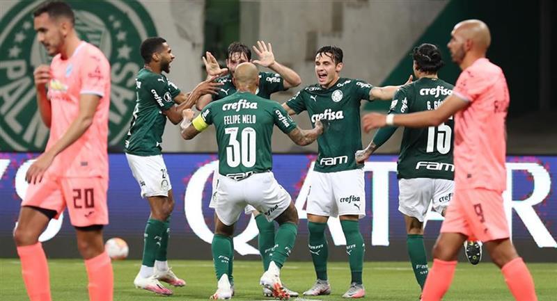 Jugadores de Palmeiras celebran un gol, en el partido ante Bolívar. Foto: EFE