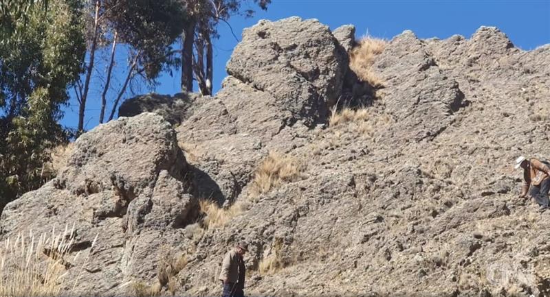 Figura de piedra en Huarina. Foto: Facebook @CNNee