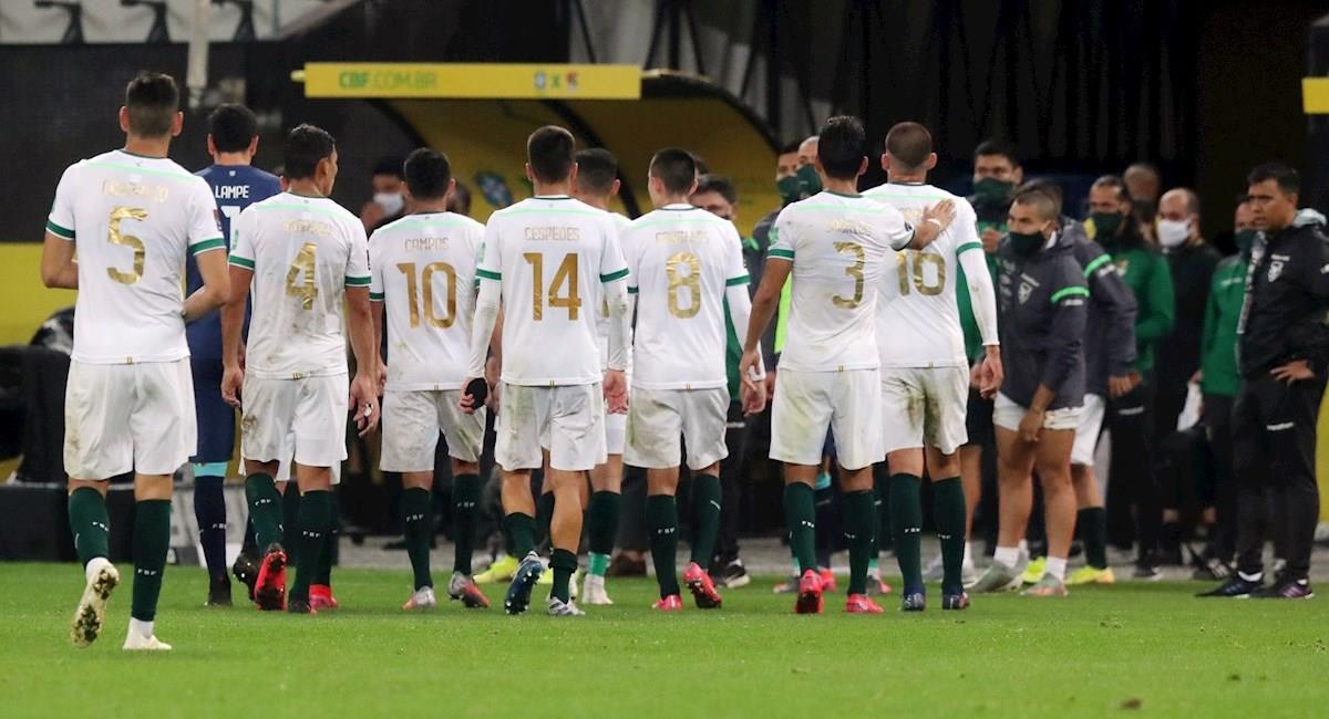 Bolivia se retira luego de su derrota frente a Brasil. Foto: EFE