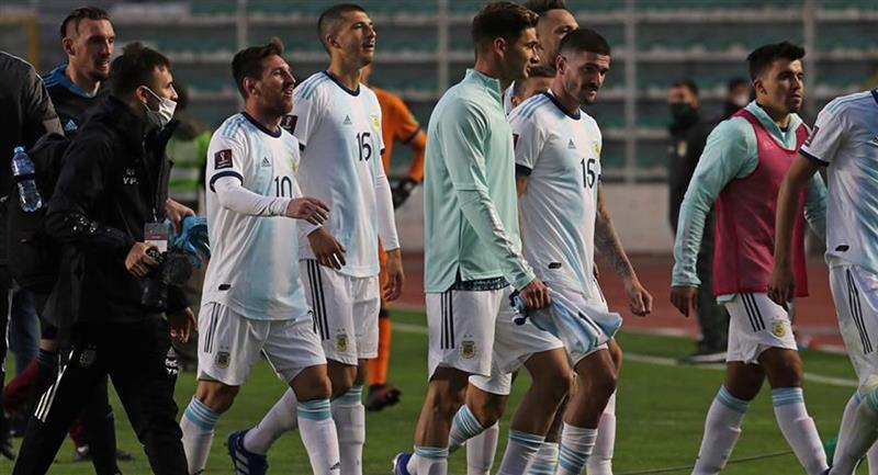 Jugadores de Argentina abandonan el campo durante un partido de clasificación sudamericana. Foto: EFE
