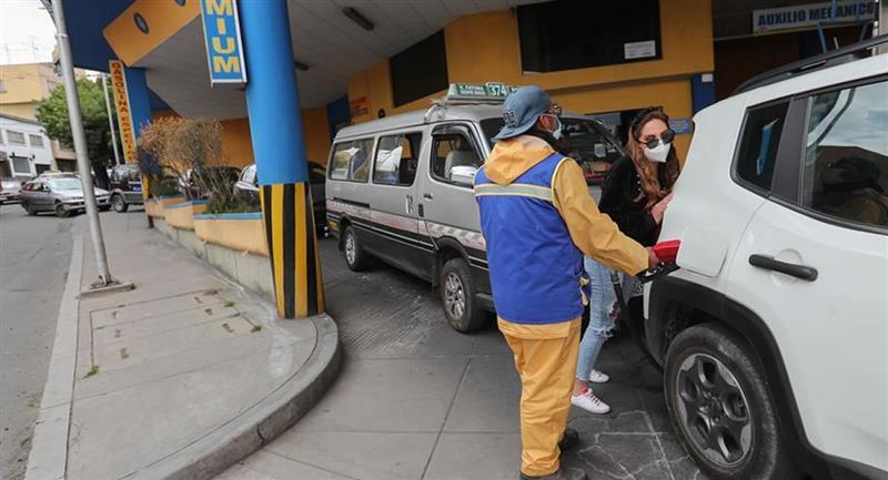 La posibilidad de que haya una convulsión social tras las elecciones provocó que se formasen filas en los surtidores de combustible en el país. Foto: EFE