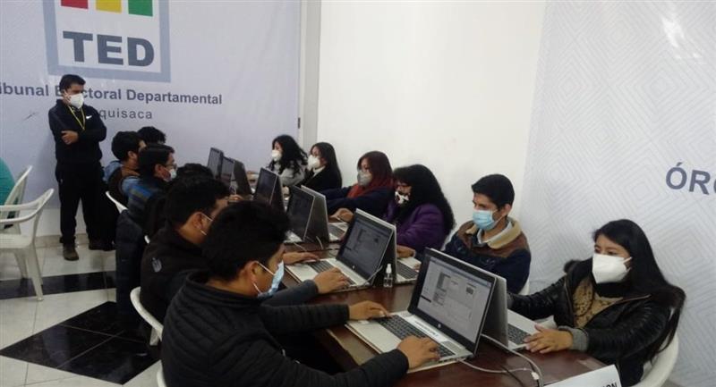 Simulacro del cómputo de votos en Sucre. Foto: ABI