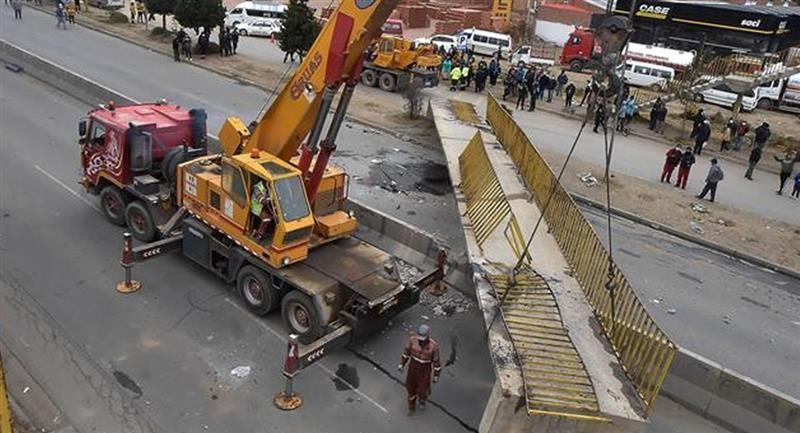La estructura impactó contra la carrocería de los vehículos. Foto: EFE