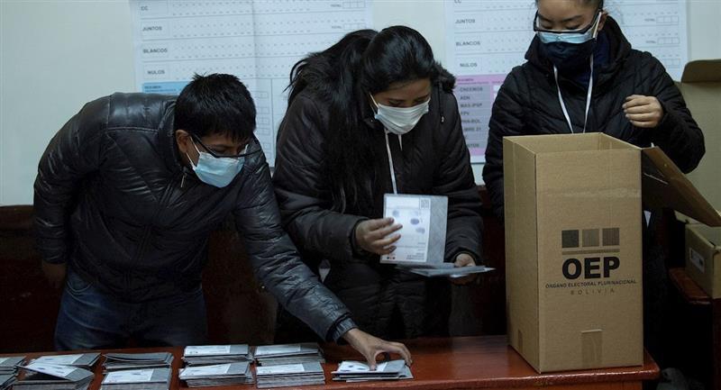 Recuento de votos luego del cierre de urnas. Foto: EFE