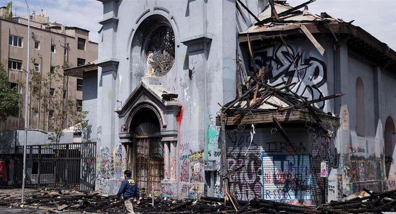 En medio de protestas, iglesias fueron quemadas en la capital chilena. Foto: EFE