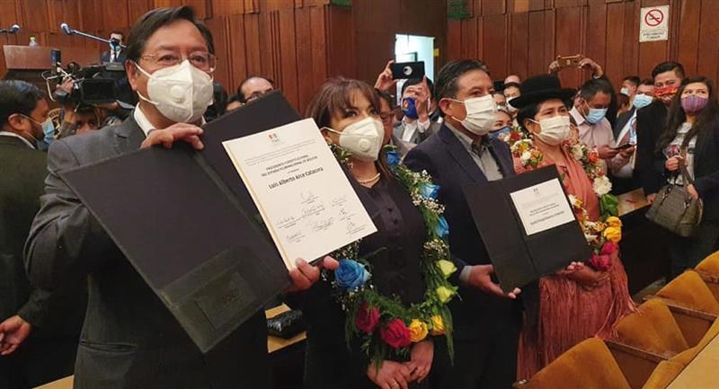 Luis Arce y David Choquehuanca recibieron sus credenciales. Foto: ABI