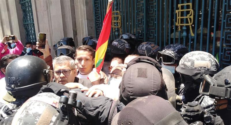 Los uniformados tuvieron que hacer cordones de seguridad para separar ambos grupos y evitar enfrentamientos. Foto: ABI